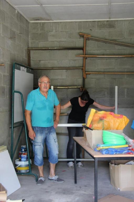 On débarasse le garage qui deviendra une salle de classe aprés travaux