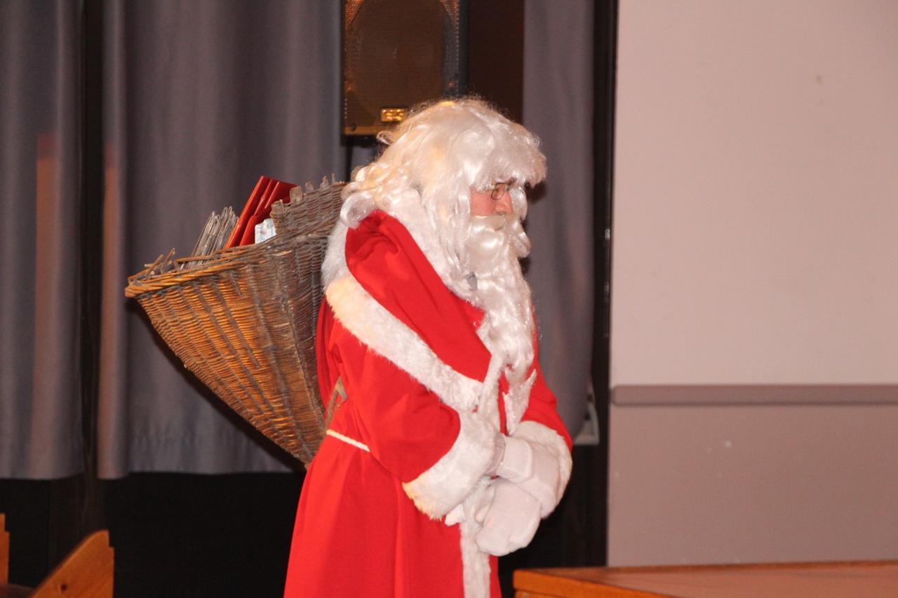 Le Père Noël distribue les cadeaux aux enfants